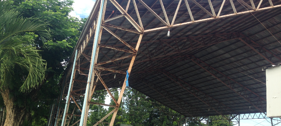 Columns and trusses of municipal gym before rahabilitation